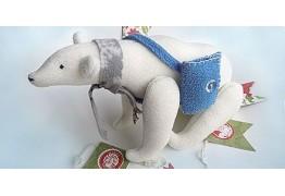 Белый медведь с почтовой сумкой